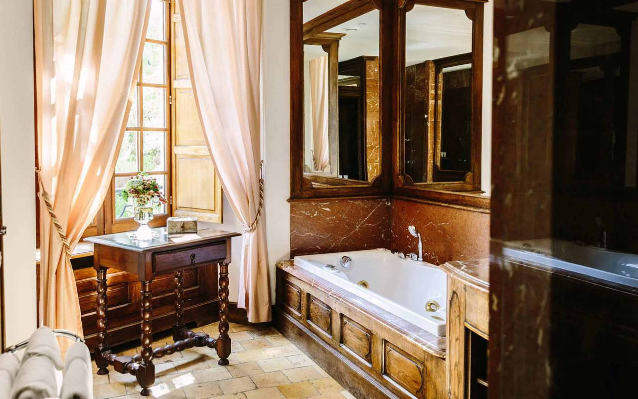 Bathroom in Louis XIII room - hotel dordogne