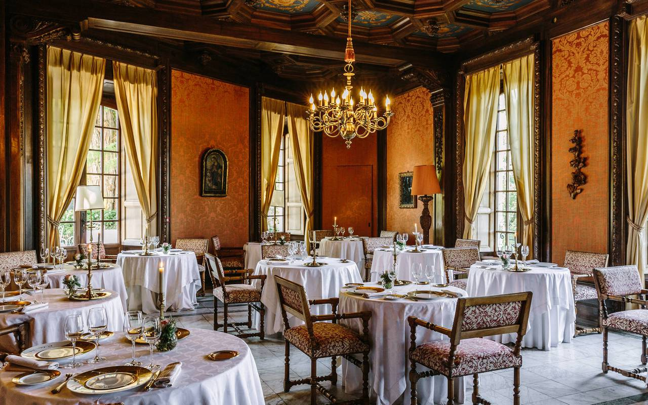 Dordogne luxury hotel dining room Château de la Treyne