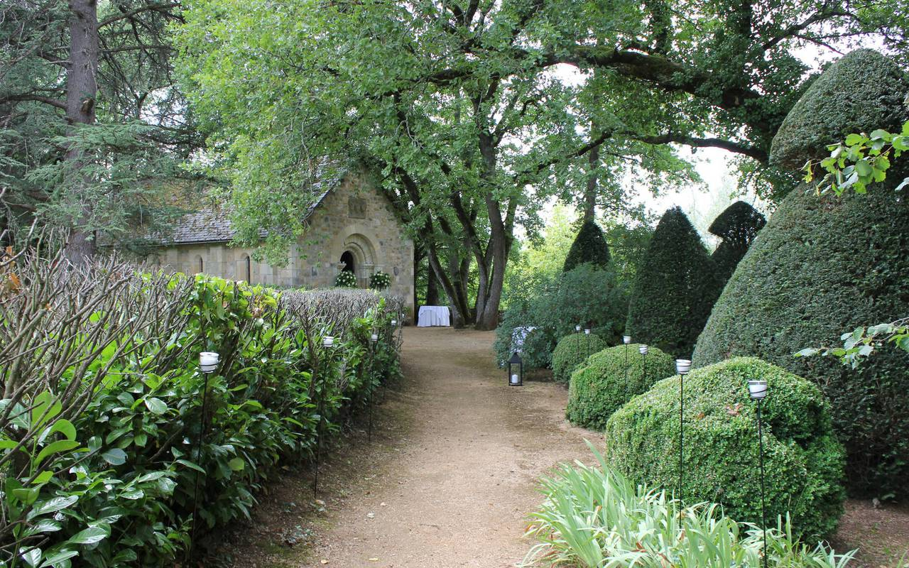 Garden and chapel - chateau de la treyne