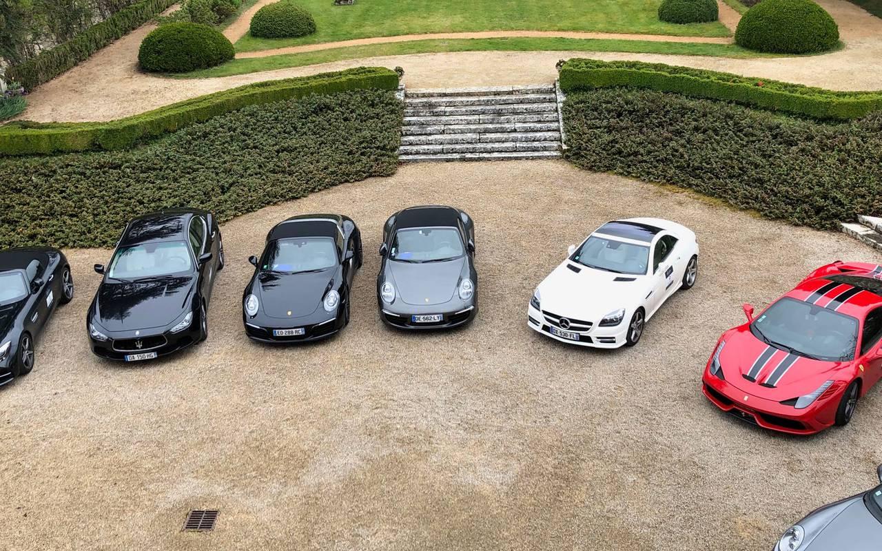 Luxury cars in castle courtyard - Hotel sarlat