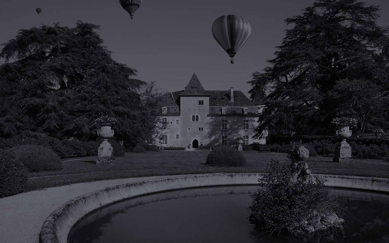 Montgolfières devant château Perigord
