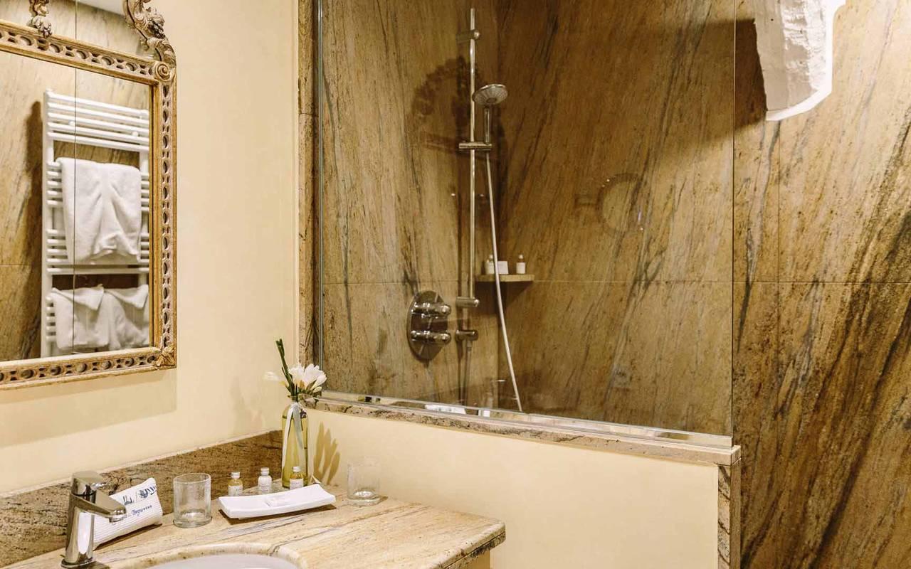 Salle de bain dans chambre vendange - chateau de la treyne
