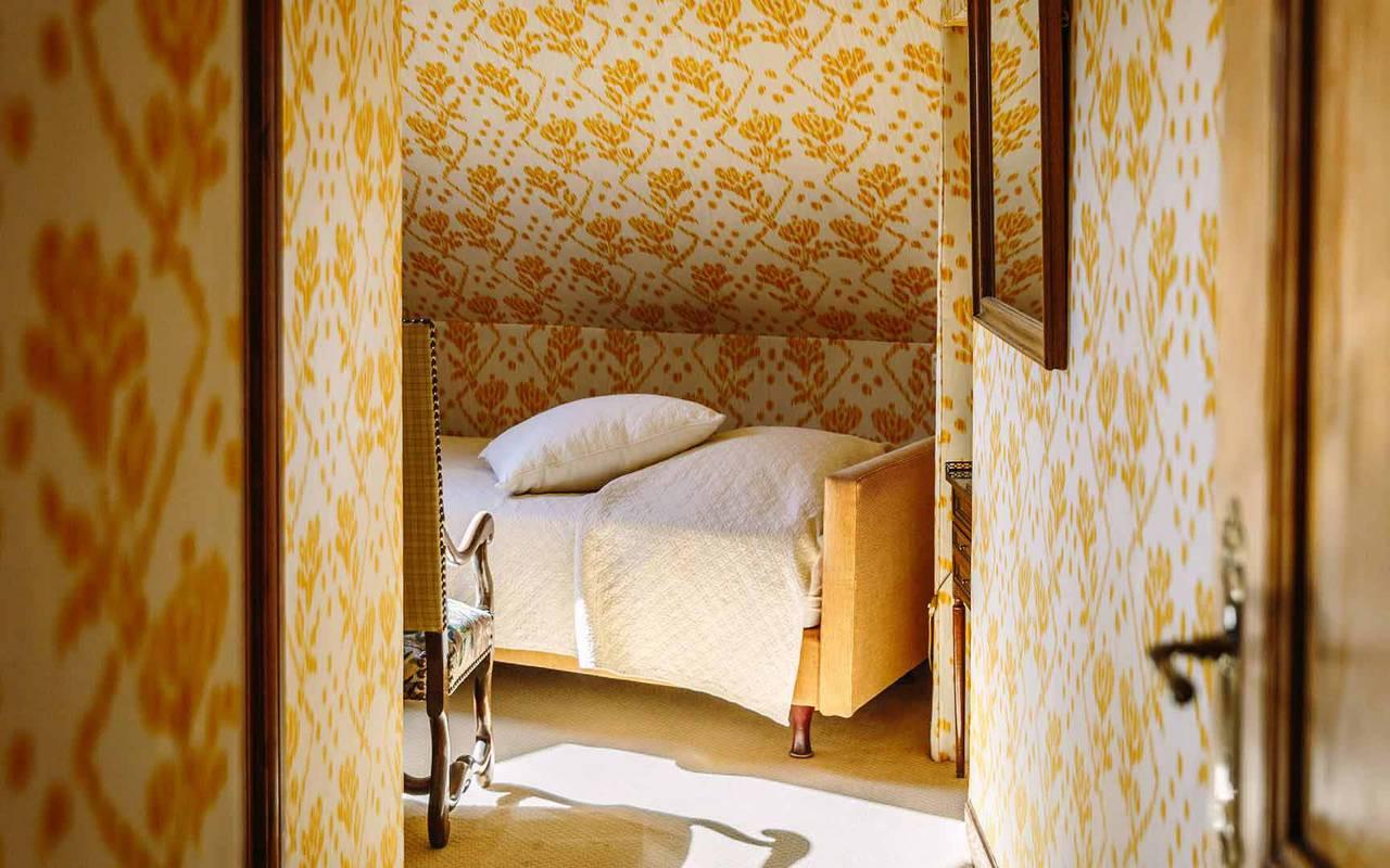 Lit dans la chambre prison dorée - Hotel de luxe dordogne