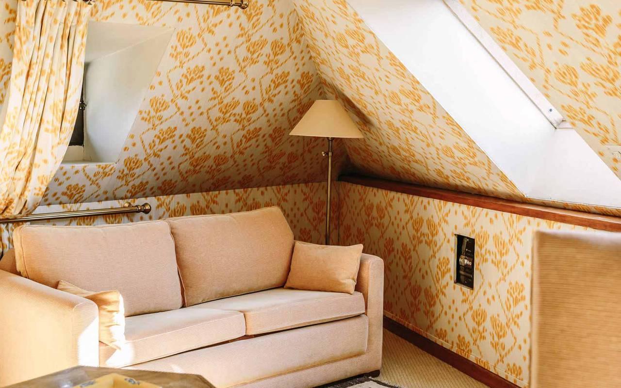 Canapé dans chambre prison dorée - chateau de la treyne