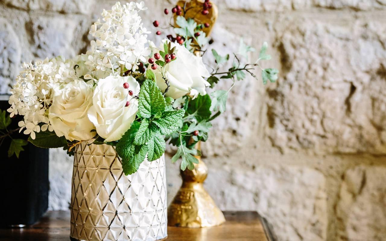 Bouquet de fleurs dans chambre prison dorée