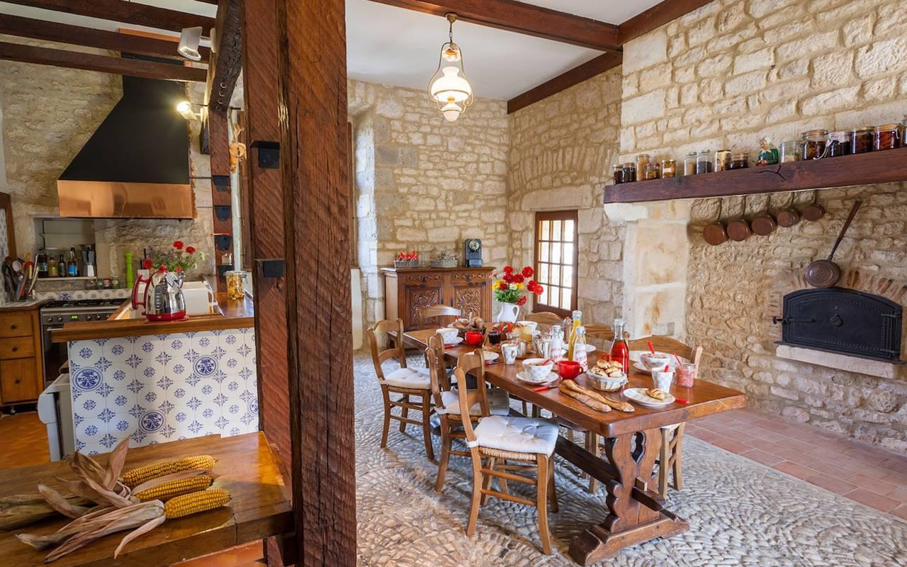 Salle à manger et cuisine dans maison le bastit - chateau hotel dordogne