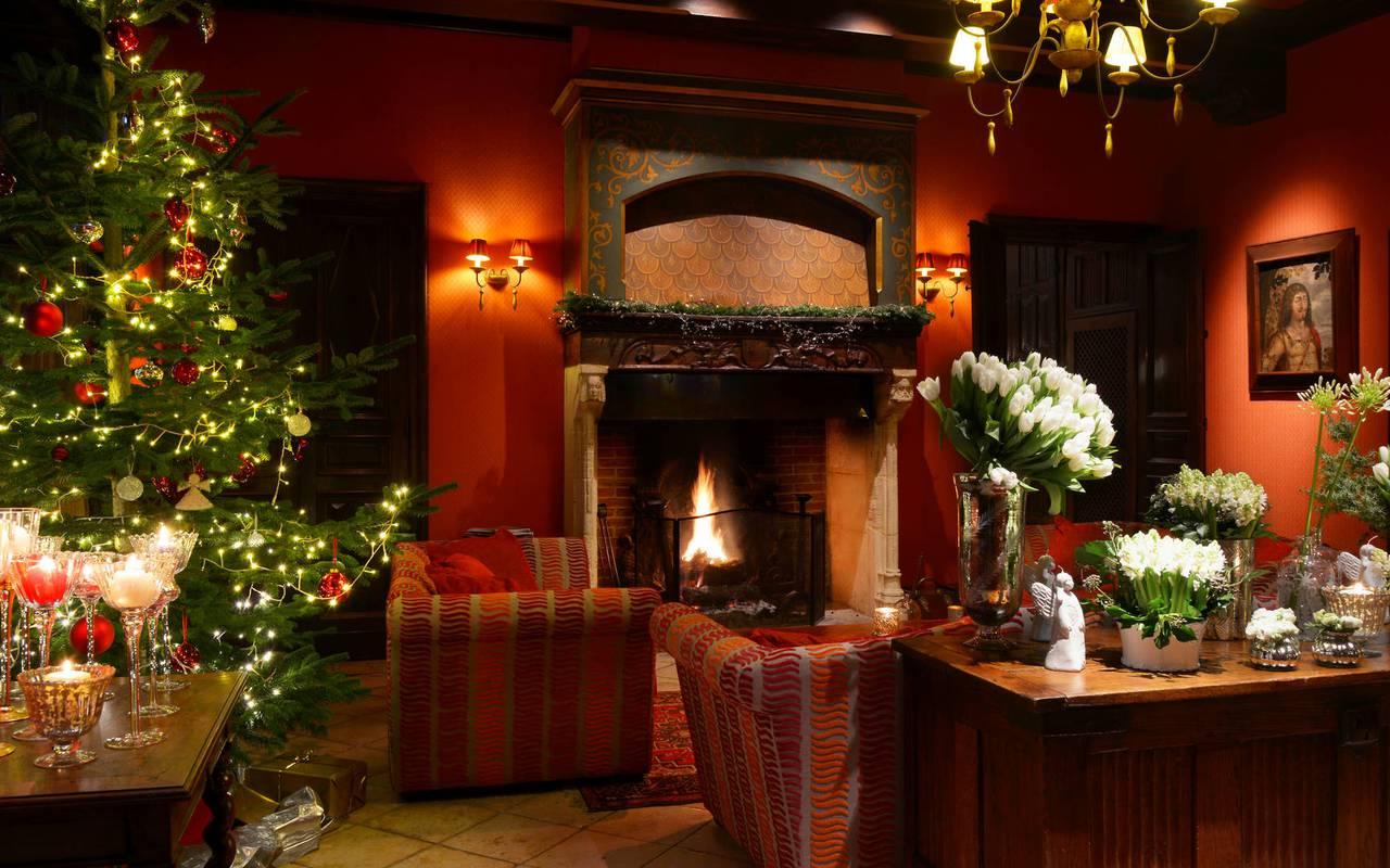 Salon décoré avec les decorations de noel - chateau hotel dordogne